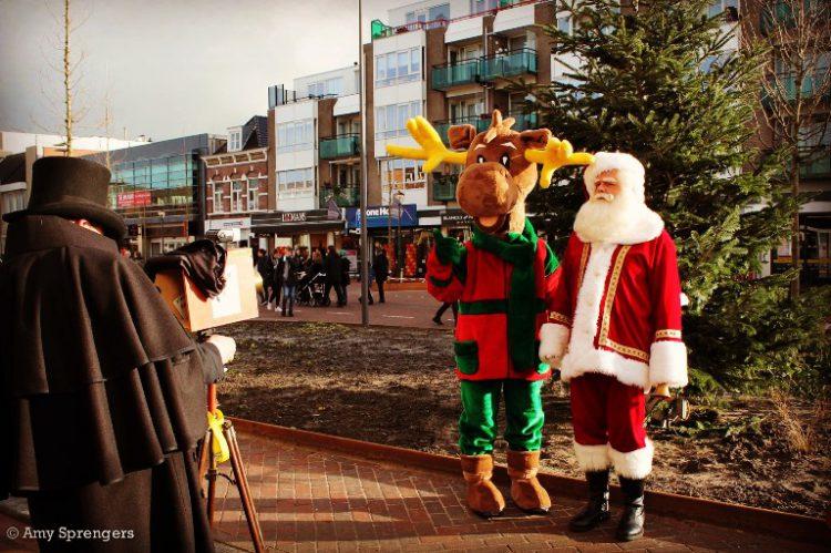 Rondlopende Kerstman met rendier