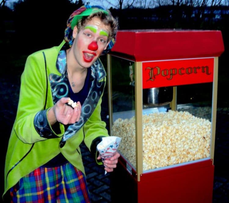 clown met popcorn stand