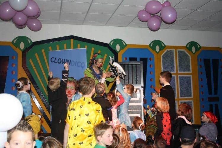 carnavalshow met clown